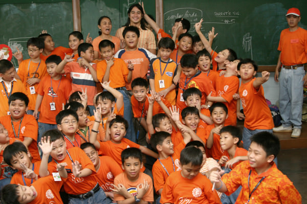 Piolo was game posing with the energetic 3-Sikatuna boys